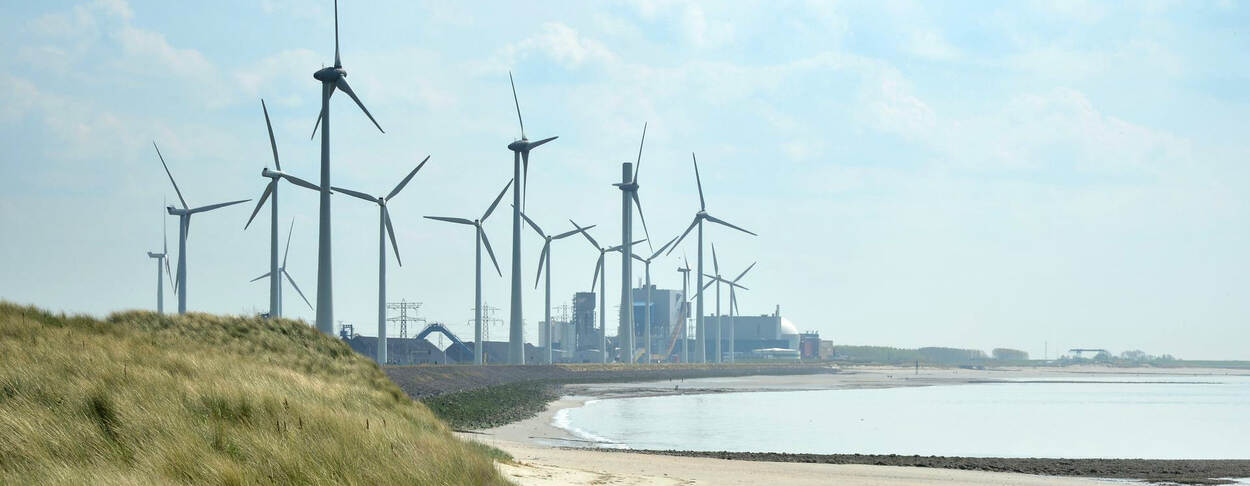 Windmolens en industrie langs de kust